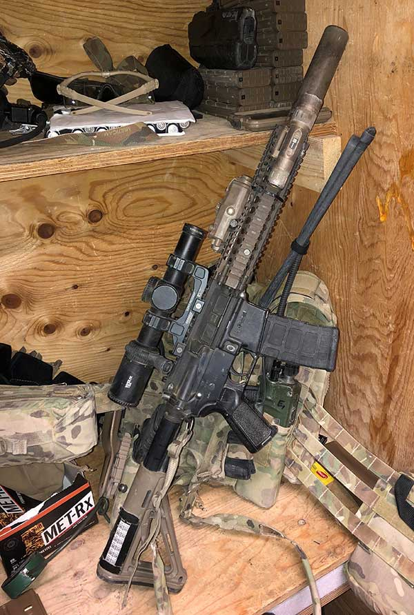 Shorty MK18 carbine outfitted with variable 1-6 power scope, because despite the environment in which this carbine is used, even in urban areas, enemy makes an effort to fight at distance.
